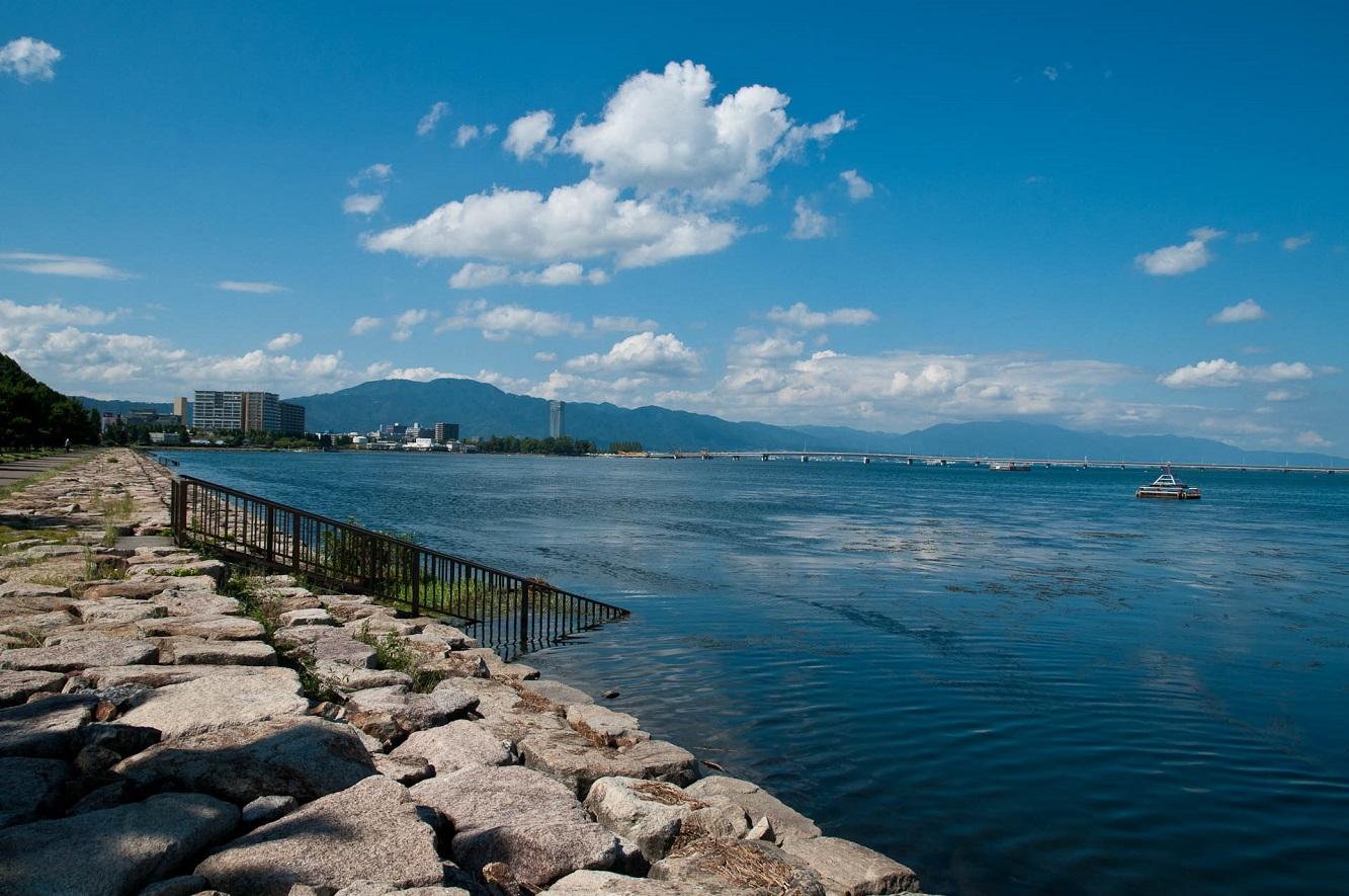 階段がそのまま琵琶湖の中へと続いている??と思わせるように、金属製の柵が琵琶湖の水中へと向かっていました。